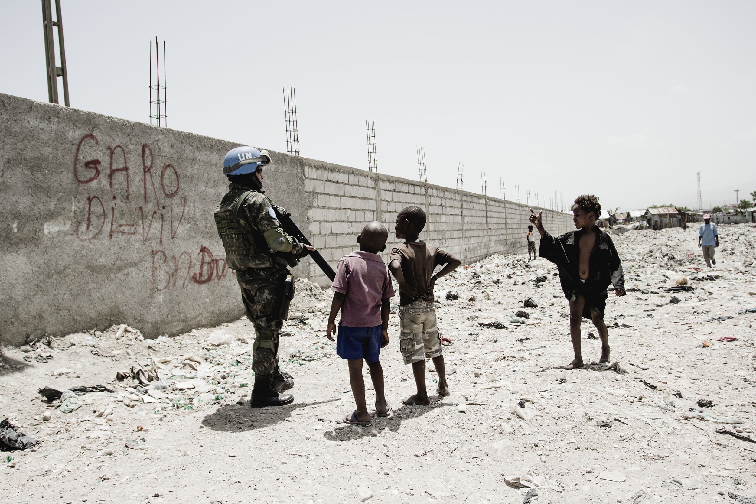 Haitian kids greet a UN soldier in Cité Soleil